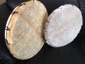 Twee eigenbouw sjamaan drums